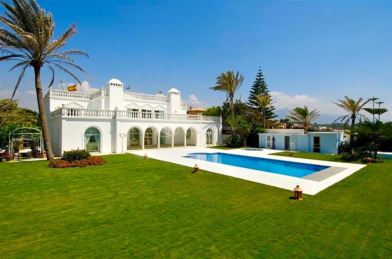 Lujosa Villa en venta en primera linea de Playa en San Pedro de Alcántara, Marbella