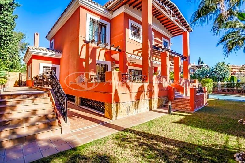 Admirable Villa de Lujo con Vistas al Mar en Venta en la Bahía de Marbella, Málaga
