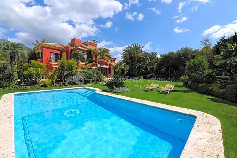 Majestuosa Villa de Lujo en Venta en La Milla de Oro, Marbella, Málaga