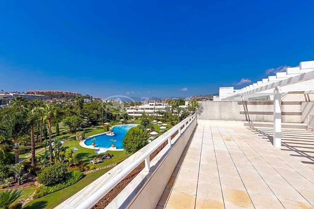 Precioso Ático Dúplex en venta con fantásticas vistas al golf de Las Brisas, Nueva Andalucía, Marbella