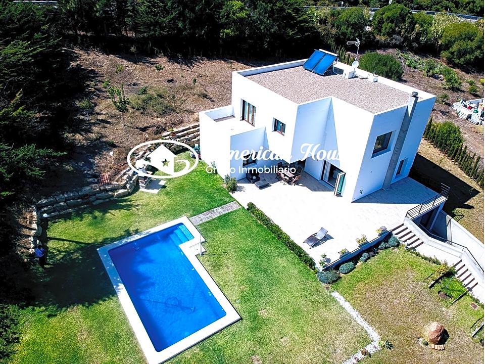 Contemporánea Villa en Venta con vistas a la Montaña y al Mar en El Cuartón, Tarifa.