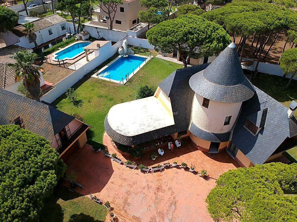 Inigualable Villa con estilo medieval en Venta en Playa de La Barrosa, Chiclana, Cádiz