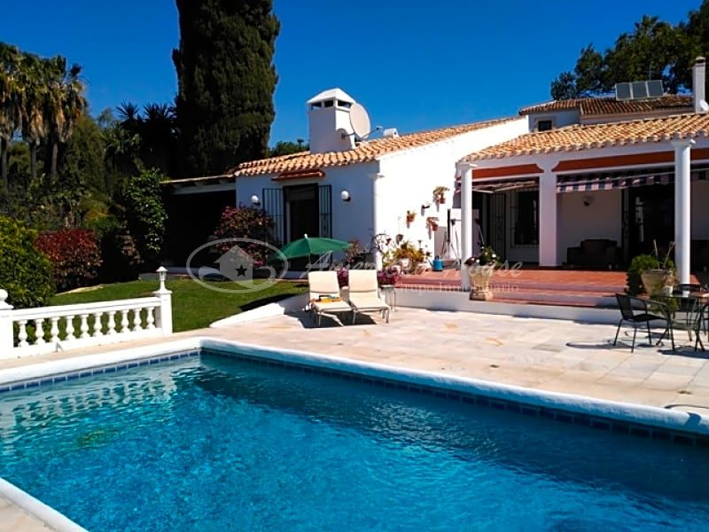 Clásica Villa con estilo Rustico en Venta en la zona de Río Real, Marbella, Málaga